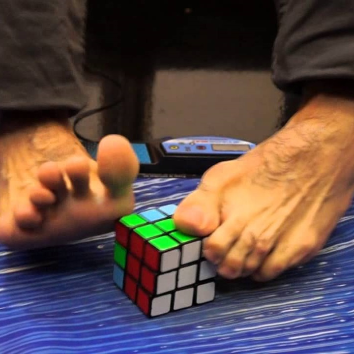 Montar Cubo Mágico com os pés